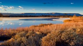 Nuvens de dezembro no lago parcialmente congelado fotos de stock