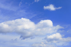 Nuvens de encontro ao céu azul Fotos de Stock Royalty Free