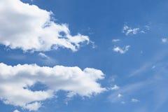 Nuvens de encontro ao céu azul imagem de stock
