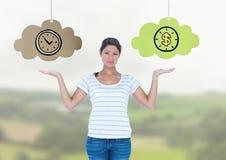 Nuvens de escolha ou de decisão da mulher do tempo ou do dinheiro com mãos abertas da palma Imagens de Stock