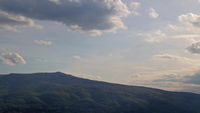 Nuvens de escurecimento sobre a montanha video estoque
