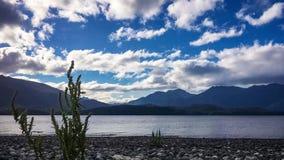Nuvens de fascinação no lago Te Anau, Nova Zelândia video estoque