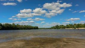 Nuvens de flutuação do verão sobre o rio timelapse 4K video estoque