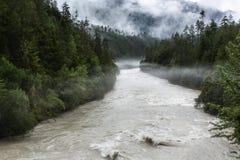 Nuvens de flutuação nas montanhas imagens de stock royalty free