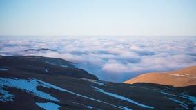Nuvens de flutuação no lapso de tempo das montanhas video estoque