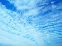 Nuvens de Icecrystal que tiram testes padrões no céu imagem de stock royalty free