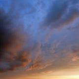 Nuvens de tempestade azuis elétricas imagens de stock