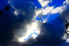 Nuvens de tempestade azuis na tarde fotos de stock