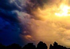 Nuvens de tempestade bonitas e mágicas imagem de stock