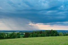 Nuvens de tempestade bonitas sobre a terra Fotos de Stock