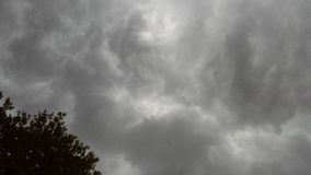 Nuvens de tempestade cinzentas imagens de stock