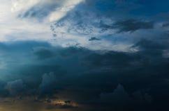 Nuvens de tempestade contra um céu azul brilhante Fotografia de Stock Royalty Free