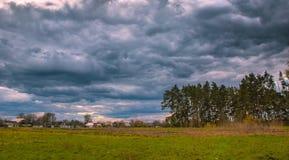 Nuvens de tempestade do lapso de tempo que movem-se sobre o campo Fotos de Stock Royalty Free