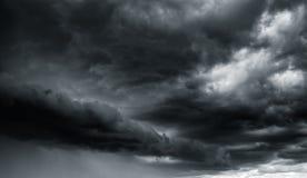 Nuvens de tempestade dramáticas do trovão no céu escuro fotos de stock