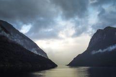 Nuvens de tempestade dramáticas sobre o som duvidoso Fotos de Stock Royalty Free