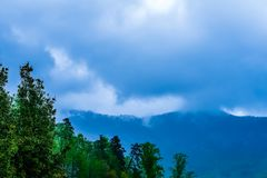 Nuvens de tempestade em Ridge Mountains azul Foto de Stock