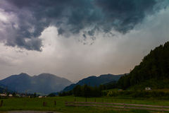 Nuvens de tempestade escuras antes da chuva Fotos de Stock