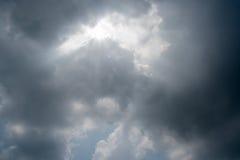 Nuvens de tempestade escuras, nuvens com fundo, nuvens escuras antes de uma trovão-tempestade Imagem de Stock Royalty Free