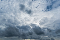 Nuvens de tempestade escuras, nuvens com fundo, nuvens escuras antes de uma trovão-tempestade Imagens de Stock Royalty Free