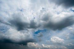 Nuvens de tempestade escuras, nuvens com fundo, nuvens escuras antes de uma trovão-tempestade Imagens de Stock
