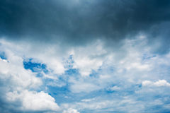 Nuvens de tempestade escuras, nuvens com fundo, nuvens escuras antes de uma trovão-tempestade Fotos de Stock Royalty Free