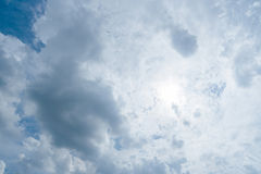 Nuvens de tempestade escuras, nuvens com fundo, nuvens escuras antes de uma trovão-tempestade Foto de Stock