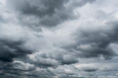 Nuvens de tempestade escuras, nuvens com fundo, nuvens escuras antes de uma trovão-tempestade Foto de Stock Royalty Free