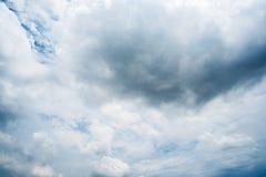 Nuvens de tempestade escuras, nuvens com fundo, nuvens escuras antes de uma trovão-tempestade Fotografia de Stock