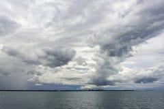 Nuvens de tempestade escuras que formam formas interessantes foto de stock