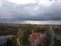 Nuvens de tempestade escuras sobre a cidade, tempo nebuloso fotos de stock royalty free