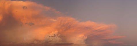 Nuvens de tempestade no por do sol sobre a rua local Imagem de Stock