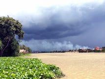 Nuvens de tempestade no rio, Tailândia Imagem de Stock