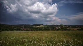 Nuvens de tempestade que formam sobre um campo em Alemanha, lapso de tempo filme