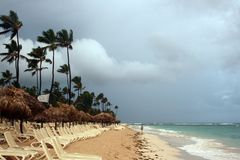 Nuvens de tempestade, tempestade que passa sobre o oceano, nuvens dramáticas após a linha da costa da tempestade imagens de stock royalty free