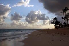 Nuvens de tempestade, tempestade que passa sobre o oceano, nuvens dramáticas após a linha da costa da tempestade imagens de stock
