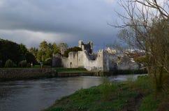Nuvens de tempestade que rodam sobre Desmond Castle na Irlanda Fotografia de Stock Royalty Free
