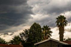 Nuvens de tempestade sobre casas residenciais foto de stock royalty free