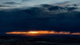 Nuvens de tempestade sobre Nampa Idaho com as raias do sol e da chuva Imagens de Stock