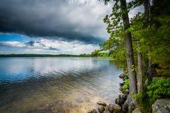 Nuvens de tempestade sobre o lago Massabesic, em castanho-aloirado, New Hampshire Imagens de Stock