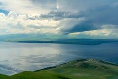 Nuvens de tempestade sobre o lago Sevan arménia Vista da montagem Artanish Foto de Stock