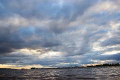 Nuvens de tempestade sobre o mar fotos de stock royalty free