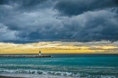 Nuvens de tempestade sobre o mediterrâneo no por do sol fotos de stock
