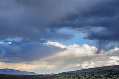 Nuvens de tempestade sobre o mono lago imagem de stock