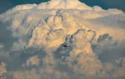 Nuvens de tempestade sobre o transporte aéreo Imagens de Stock