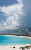 Nuvens de tempestade sobre um recurso Foto de Stock Royalty Free