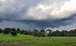 Nuvens de tempestade sobre uma exploração agrícola, no Condado de Lancaster, Pensilvânia fotografia de stock royalty free