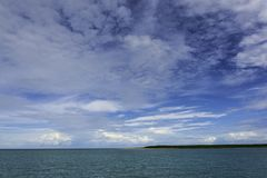 Nuvens de tempestade tropicais sobre o mar ao norte de Darwin Australia imagens de stock