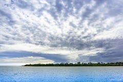 Nuvens de tempestade tropicais sobre o mar ao norte de Darwin Australia imagens de stock royalty free