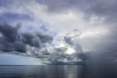 Nuvens de tempestade tropicais sobre o mar ao norte de Darwin Australia fotografia de stock