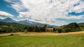 Nuvens de Timelapse sobre o campo e a grama de trigo Fundo da montanha de Toscânia 4K video estoque